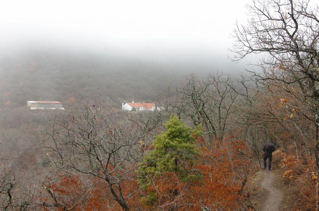 Кизилташский монастырь в тумане