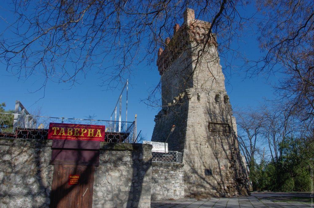 Оборонительная линия Генуэзской крепости, башня Константина