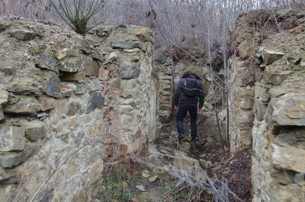 Монастырь, остатки стен