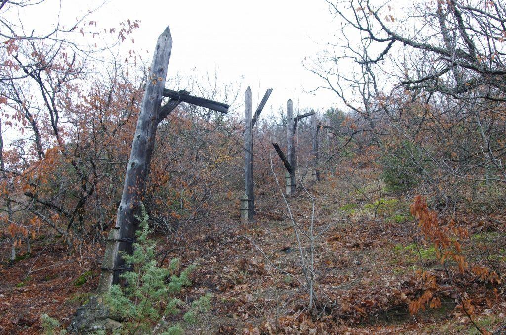 Колючая проволока на тропе к Кизилташскому монастырю