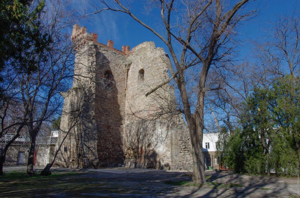Башня Константина, сооружена в городе во времена правления генуэзцев