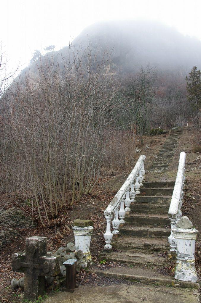 Лестница к кладбищу. Кизилташский монастырь