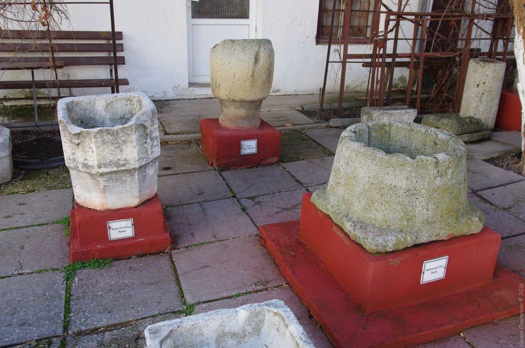 Навершие колодцев из известняка, и мраморный водоем в лапидарном дворике Музея Древностей Феодосии