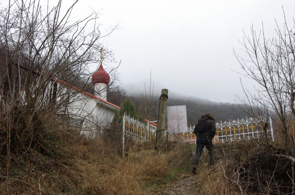 Вход в Кизилташский монастырь