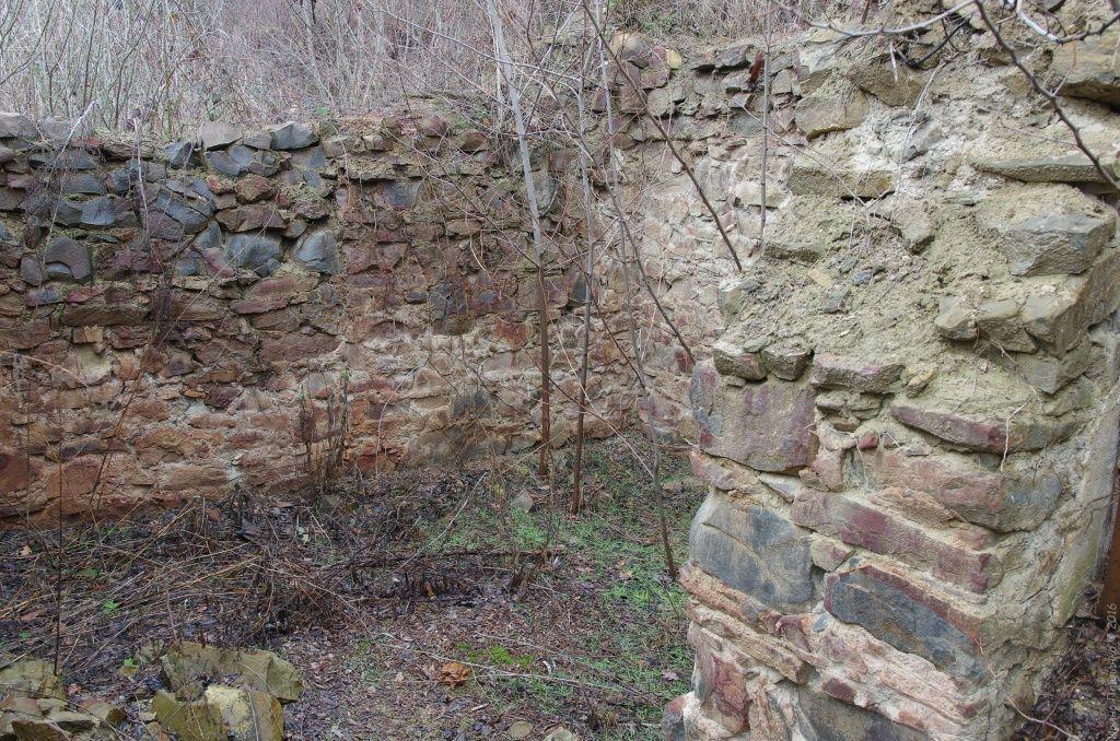 Стены Кизилташского монастыря